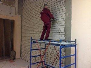 Алмазная резка кирпичной стены.
