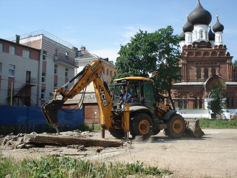 Демонтаж бетонных плит перекрытий на территории Храма Всемилостивого Спаса. Фото
